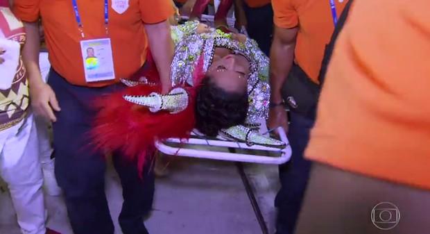 Porta-bandeira da Unidos de Padre Miguel é socorrida após cair durante desfile na Marquês de Sapucaí (Foto: Reprodução/Globo)