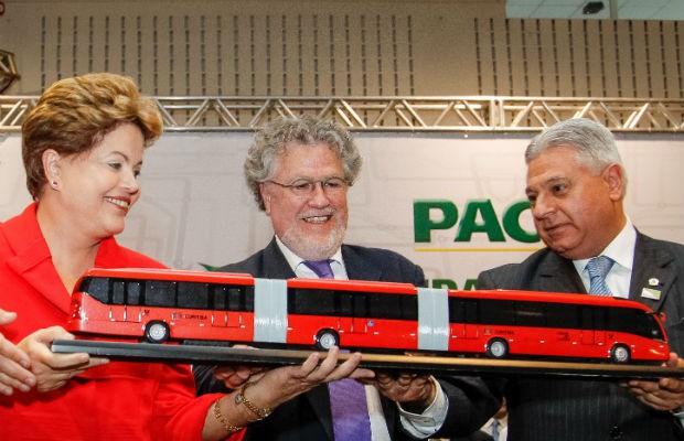 Presidente recebe das mãos do Presidente do IPPUC Sérgio Pires e do Presidente da Câmara de Curitiba, Paulo Salamuni (PV), uma réplica do ônibus Ligeirão (Foto: Roberto Stuckert Filho/PR/Divulgação)
