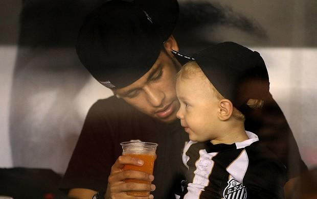 Neymar assiste ao jogo do Santos com o filho (Foto: Futura Press)