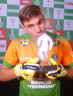 João Ricardo recebeu o Troféu Globo Minas de melhor goleiro (Foto: Maurício Paulucci)