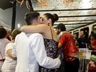 Claudia Raia troca beijos com o namorado em camarote em SP