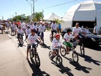 Crianças participam de pedalada pela paz no Riacho Fundo, no DF (Foto: Pedro Ventura/Agência Brasília)