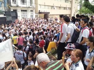 Estudantes de João Pessoa realizam protesto por passe livre em ônibus (Foto: Walter Paparazzo/G1)