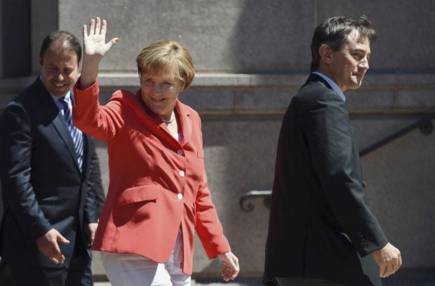 A chanceler da Alemanha, Angela Merkel, acena nesta segunda-feira (17) em Sydney, na Austrália (Foto: Paul Miller/Reuters)