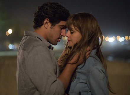 Alice e Renato passeiam pela praia e prometem novo encontro