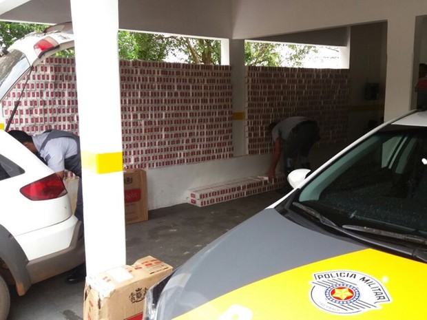 Maços de cigarros serão levados para a base da Polícia Federal em Araçatuba (Foto: Divulgação/ Polícia Rodoviária)