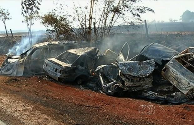 Incêndio destruiu 17 veículos no pátio da PRF, em Rio Verde, Goiás (Foto: Reprodução/TV Anhanguera)
