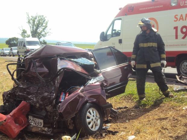 Carro ficou destruído com impacto da colisão em Boa Esperança do Sul (Foto: Luís Antonio/Portal SIM! NEWS)