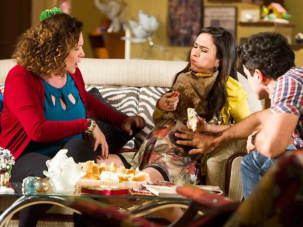 Valdirene se empanturra com os hot dogs (Foto: João Miguel Junior / TV Globo)