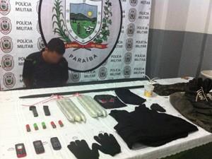Um uniforme militar estava entre os materiais apreendidos pela polícia  (Foto: Divulgação/Alberto Filho )