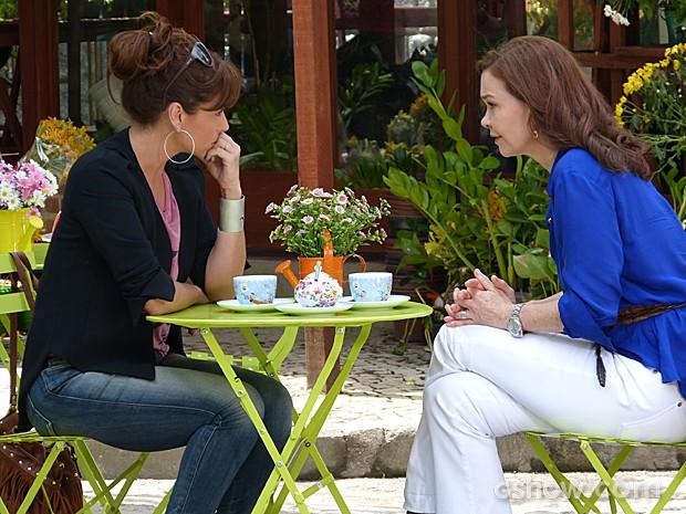 Helena tem uma conversa séria com Clara e diz para ela analisar seus sentimentos (Foto: Em Família/TV Globo)