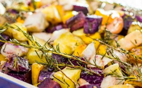 Receita fácil de batatas e inhame assados com ervas