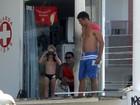 Thiago Lacerda e Vanessa Lóes se divertem com os filhos em praia do Rio