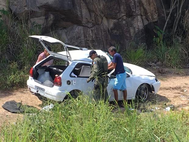 Veículo saiu da pista e desceu barranco (Foto: Divulgação/SSP)