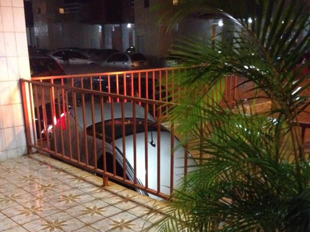 Carro fica atolado na entrada de uma garagem, após forte chuva, na 402 Norte (Foto: André Alves/Arquivo Pessoal)