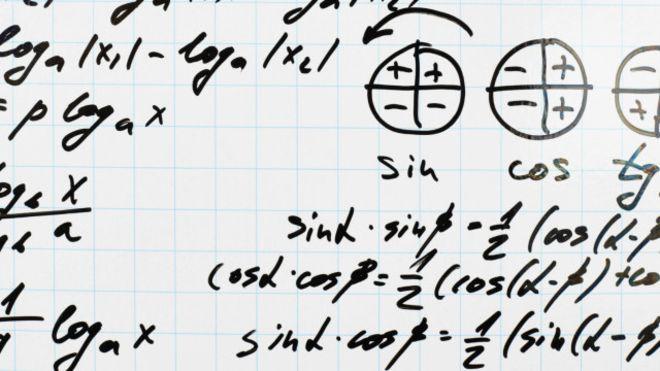 Economista chamou a atenção de uma passageiro ao resolver uma equação matemática durante um voo (Foto: iStock/ BBC)