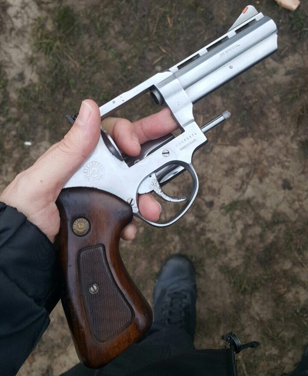 Arma apreendida durante o cumprimento das ordens judiciais em Lages, Santa Catarina (Foto: Divulgação/PF)