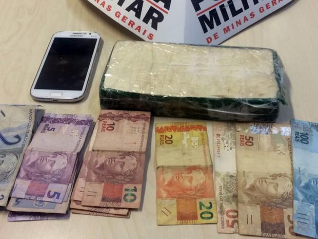 Polícia apreendeu 1 kg de cocaína escondida em carro na BR-265, em Santana da Vargem, MG (Foto: Polícia Militar Rodoviária/Varginha)