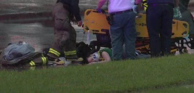 Jennifer sendo atendida depois da queda (Foto: Reprodução)