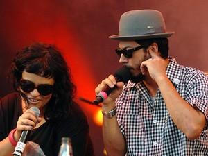 A cantora Tulipa Ruiz e o vocalista do Nação Zumbi, Jorge Du Peixe, durante show no Palco Sunset (23), na tarde deste sábado (Foto: Alexandre Durão/G1)