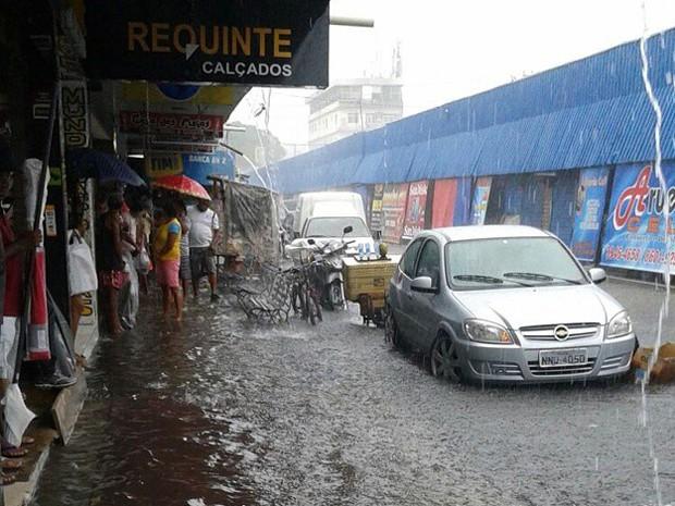 Chuva deixou ruas alagadas no bairro do Alecrim, na Zona Leste (Foto: Bruno Souza/G1)