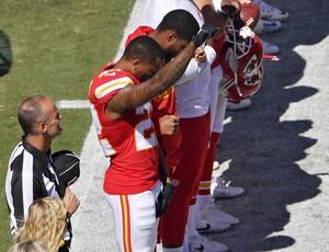Marcus Peters, dos Chiefs, faz protesto durante o hino nacional (Foto: AP)