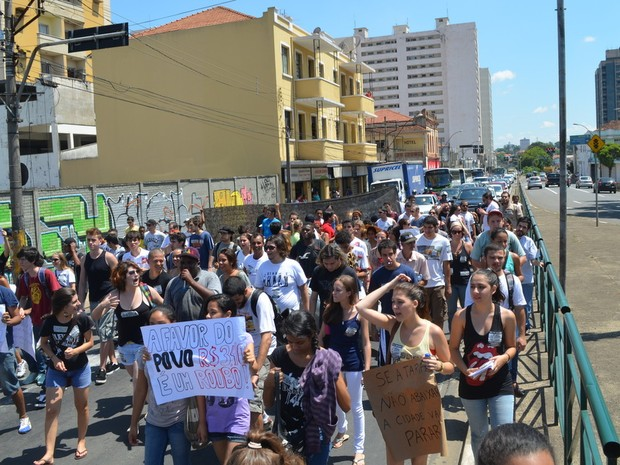 Passeata contra aumento da tarifa de ônibus em Piracicaba (Foto: Fernanda Zanetti/ G1)