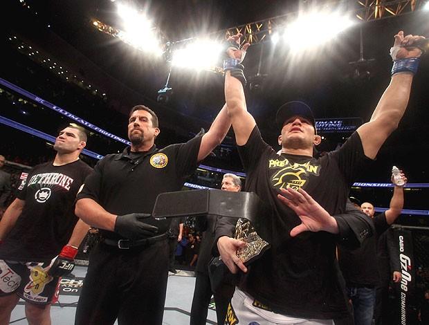 Junior dos Santos Cigano comemora vitória sobre Cain no UFC (Foto: Getty Images)