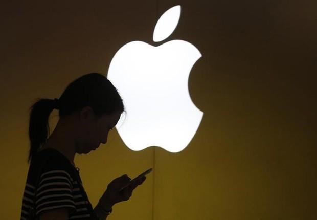 Mulher usa celular em loja da Apple em Xangai, China  (Foto: Aly Song/Reuters)