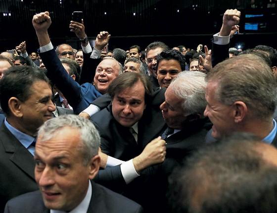 O presidente reeleito da Câmara,Rodrigo Maia,comemora a vitória.Ao contrário do seu  diagnóstico,ocentrão não acabou (Foto: Ailton de Freitas / Agência O Globo)