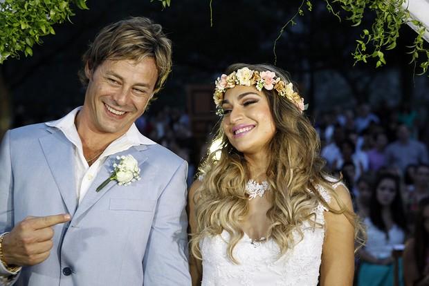 Theo Becker e Raphaela Lamim se casaram em Grumari, Zona Oeste do Rio (Foto: Marcos Serra Lima/EGO)
