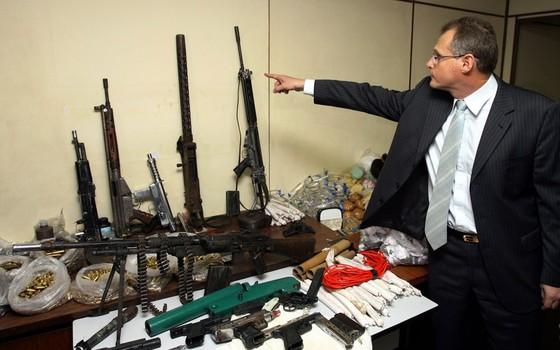 Operação no Alemão em 2007 apreende metralhadoras 0.30mm, pistolas, drogas e munição  (Foto:  Fábio Rossi/Agência O Globo)