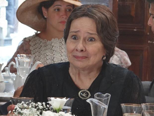 Eulália dá o maior vexame com a família de Teodoro (Foto: Lado a Lado/TV Globo)