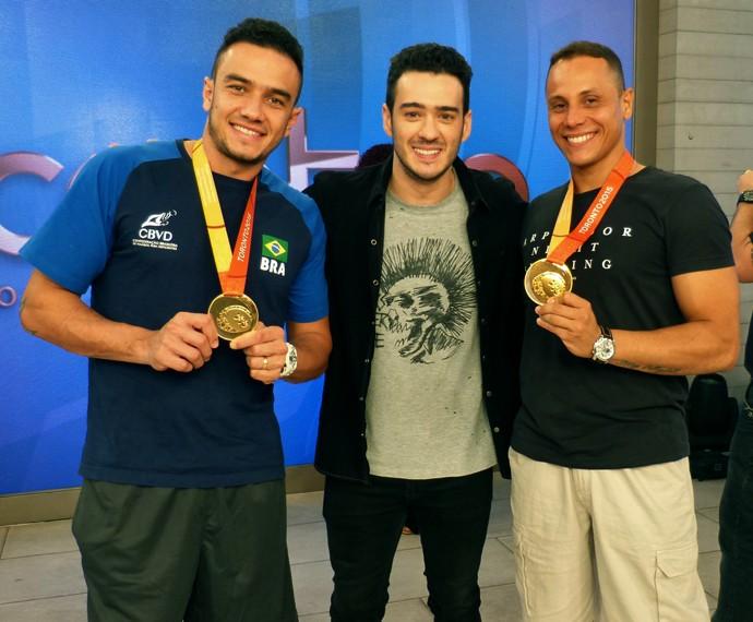 Marcos Veras com os atletas paralímpicos Guilherme e Renato (Foto: Priscilla Massena/Gshow)