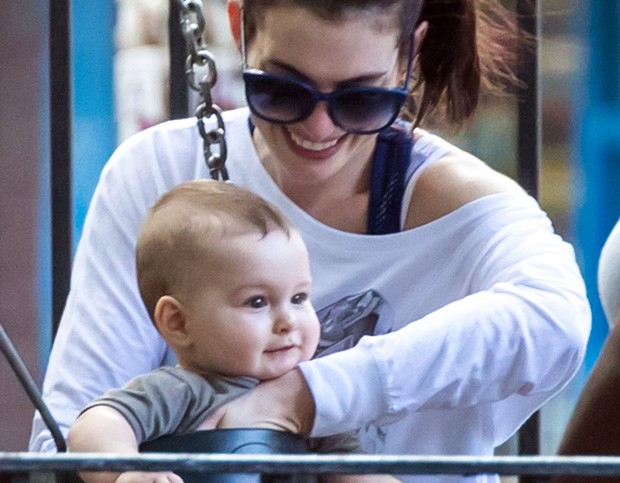 Anne Hathaway e o filho, Jonathan (Foto: Grosby Group)