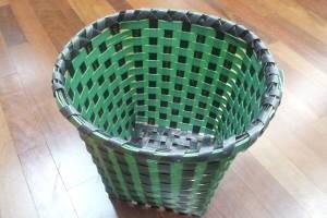 Cesto feito com fitas plásticas reaproveitadas (Foto: Divulgação / Ebata)