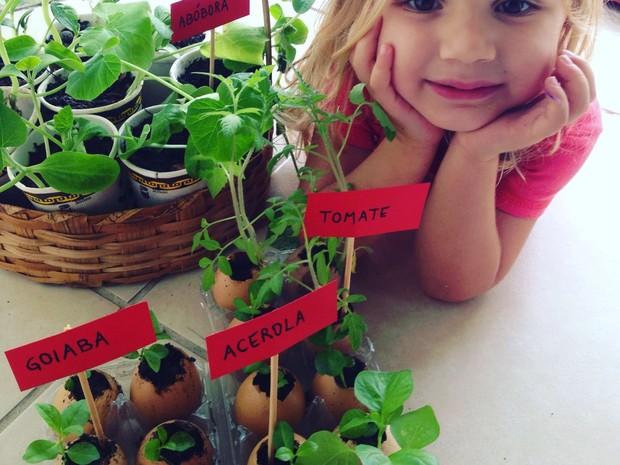 De goiaba a abóbora e tomate a acerola, mãe e filha guardam todas as sementes que consomem (Foto: Arquivo Pessoal/Divulgação)