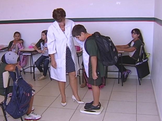 Mochila deve ter no máximo 10% do peso do aluno (Foto: Reprodução/TV TEM)