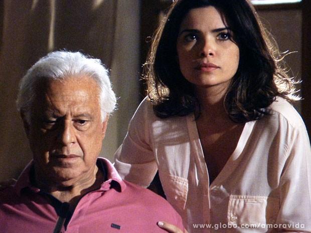 Aline tenta acalmar César, enquanto encara Ninho (Foto: Amor à Vida/TV Globo)