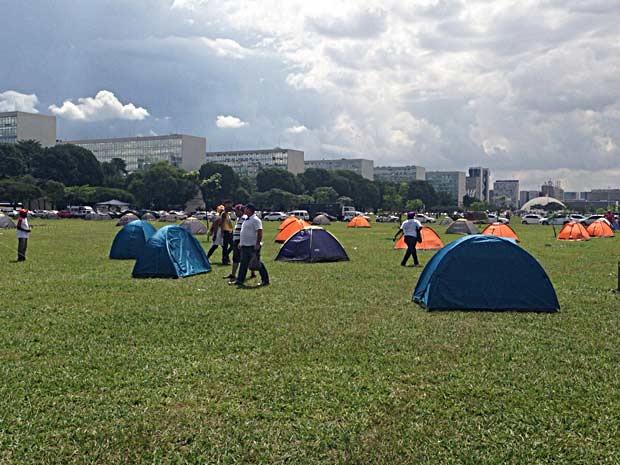 Barracas em acampamento de defensores da volta dos militares ao poder e o impeachment da presidente Dilma Rousseff (Foto: Gabriel Luiz/G1)