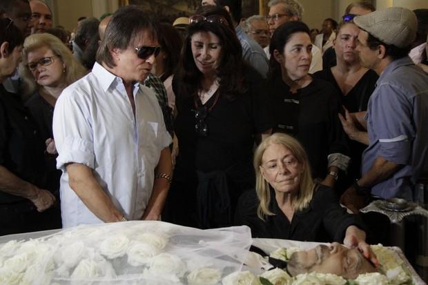 Roberto Carlos no velório de Luiz Carlos Miele (Foto: Anderson Barros / EGO)