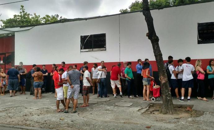 Fila de torcedores em busca de ingressos para o Fla-Flu na Gávea (Foto: Fred Huber)