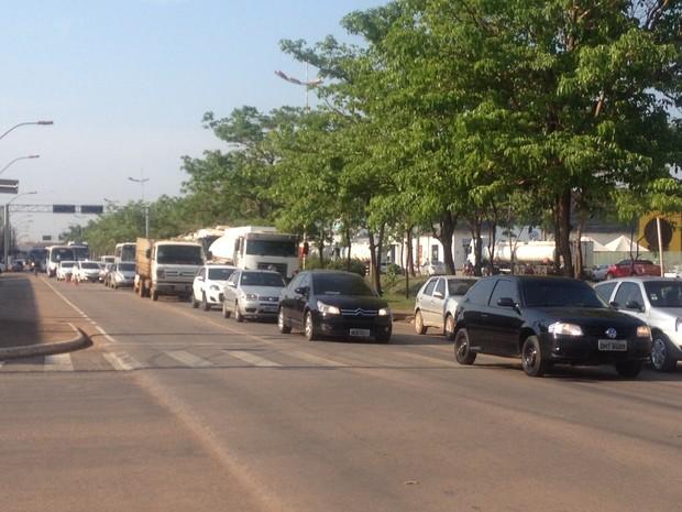 Filas de carros se formaram com na Avenida Jorge Teixeira devido ao acidente de trânsito (Foto: Hosana Morais/G1)
