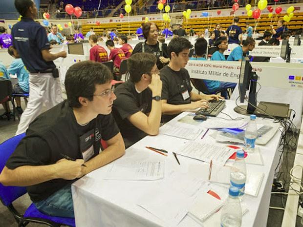 Felipe, Geraldo e Jonathan respondem a perguntas da prova na final do ICPC, na Rússia (Foto: Divulgação/ICPC)