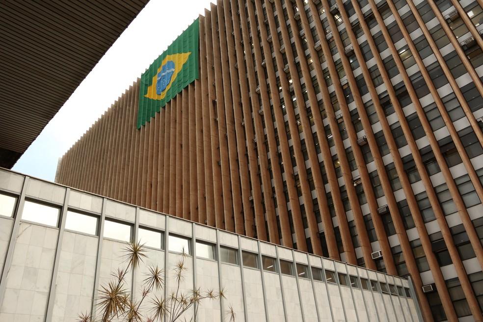 Bandeira hasteada no anexo do Palácio do Buriti (Foto: Andre Borges/Agência Brasília)