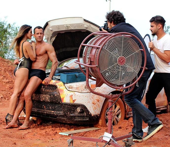 Tamara e Apolo posam para ensaio da Fórmula Rally (Foto: Paula Oliveira/Gshow)