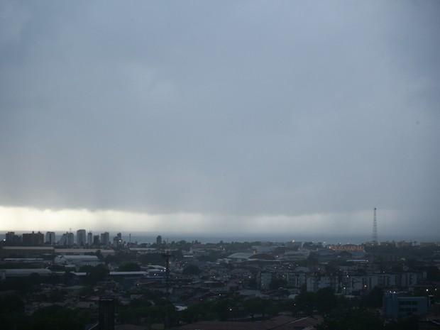 Nuvens espessas cobriam o céu de Maceió no início da manhã (Foto: Jonathan Lins/G1)
