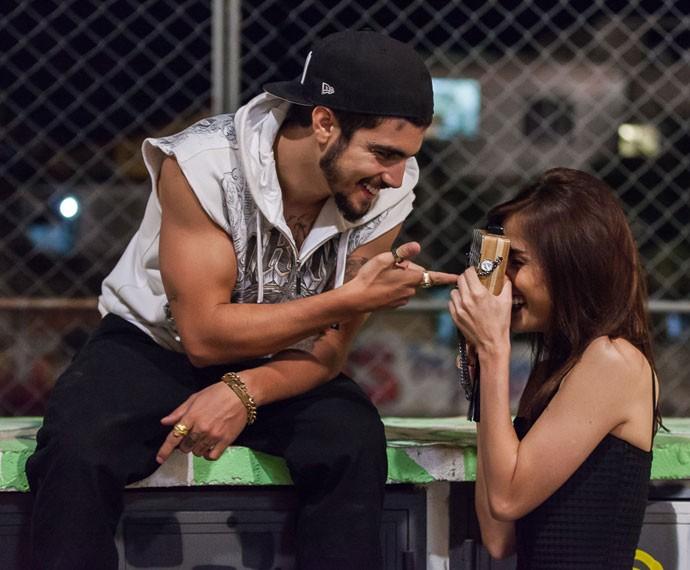 Os dois mostram intimidade nos bastidores de cena (Foto: Artur Meninea/Gshow)
