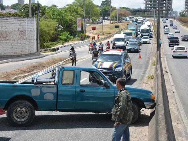 Caminhonete foi retirada da BR-230, em João Pessoa, na manhã desta quinta (Foto: Walter Paparazzo/G1)