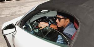 Após mostrar Gol, Neymar sai com carro de R$ 800 mil do salão (Divulgação)